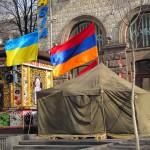 Чуть поодаль флаги Армении