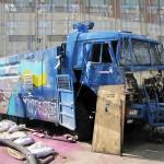 Водометная машина, захвачена и разбита протестующими